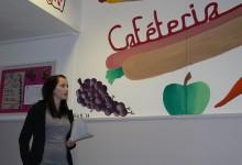 Die Außenwand der Cafeteria wurde mit Bildern von Essen verschönert.