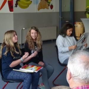 Fenja, Emilie und Dalia führen einen Sketch auf