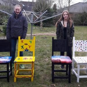 Johanna und Emilja mit ihren Stühlen